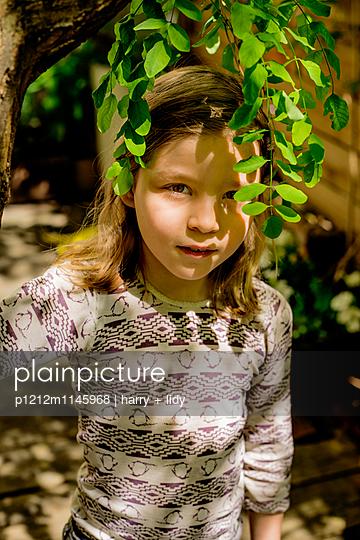 Mädchen unter dem Baum im Garten - p1212m1145968 von harry + lidy