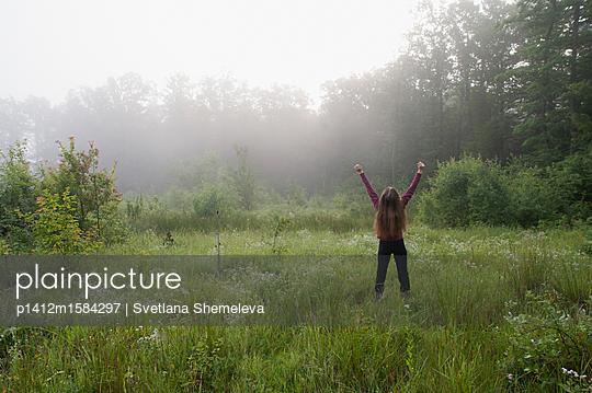 Weiblicher Teenager auf einer Wiese am frühen Morgen - p1412m1584297 von Svetlana Shemeleva