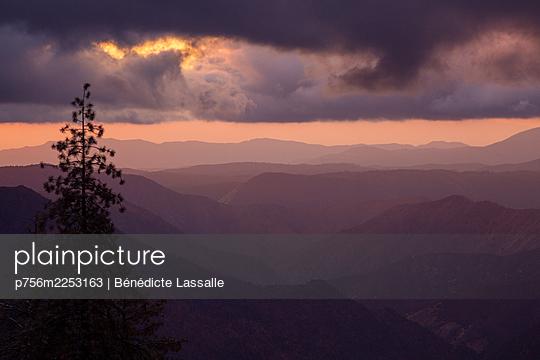 Yosemite-Nationalpark, Sonnenaufgang, Wolkendecke - p756m2253163 von Bénédicte Lassalle
