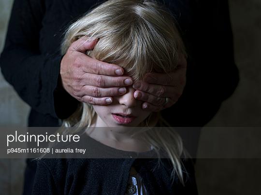 Mädchen werden die Augen zugehalten - p945m1161608 von aurelia frey