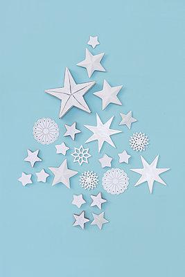 Weihnachtsbaum aus weißen Sternen - p237m886653 von Thordis Rüggeberg