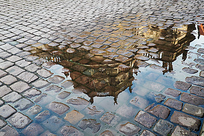 Germany, Dresden, reflection of Dresden Castle in puddle - p300m1129944f von Bernados