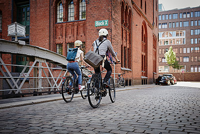 Pärchen mit E-bikes in der Speicherstadt - p300m1356145 von Roger Richter