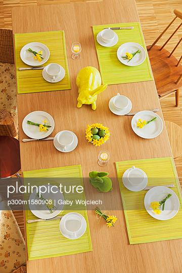 plainpicture - plainpicture p300m1580908 - Laid Easter table - plainpicture/Westend61/Gaby Wojciech