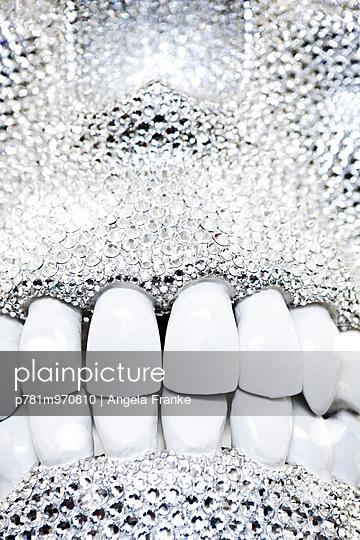 Glamour-Gebiss - p781m970810 von Angela Franke