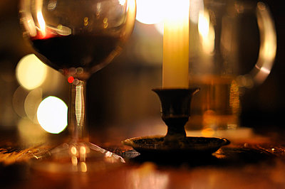 Blurred wine and beer glass - p1047m789483 by Sally Mundy