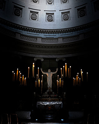 Lit candles all around the altar  - p1105m1222739 by Virginie Plauchut