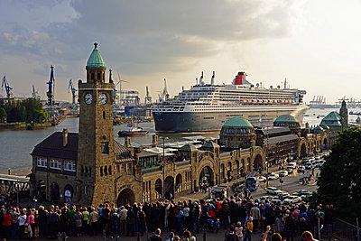 Queen Mary 2 in Hamburg - p324m1195626 von Bildagentur Hamburg
