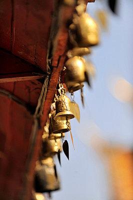 Glocken an einem Buddhistischen Tempel - p949m658214 von Frauke Schumann