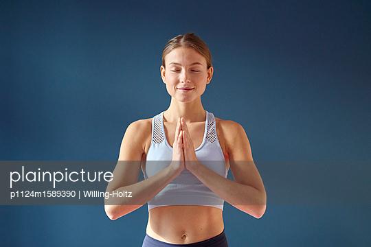 Junge Frau macht Yoga - p1124m1589390 von Willing-Holtz