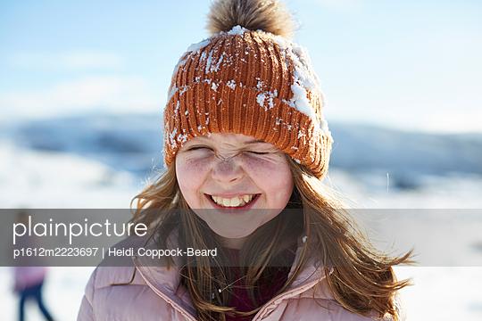 Fröhliches Mädchen im Schnee - p1612m2223697 von Heidi Coppock-Beard