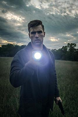 Mann mit Taschenlampe und Pistole  - p1019m1424631 von Stephen Carroll