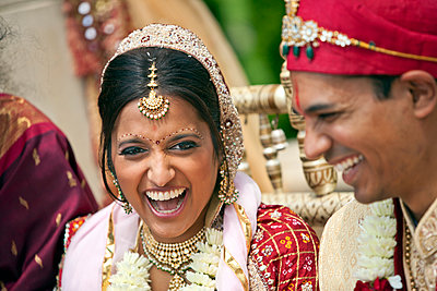 Indian bride and groom in traditional clothing - p555m1479671 by Jihan Abdalla