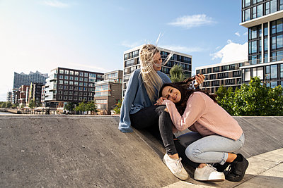 Two young women together on rooftop - p788m2128061 by Lisa Krechting