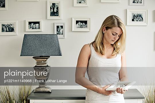 Traurige junge Frau - p1221m1149968 von Frank Lothar Lange