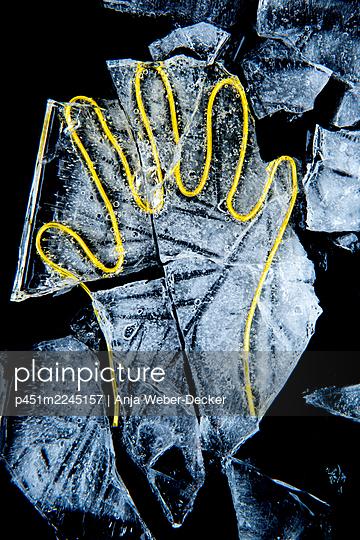 Draht Hand im Eisblock - p451m2245157 von Anja Weber-Decker