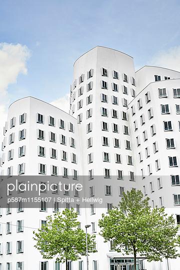 Gehry-Bauten in Düsseldorf, Neuer Zollhof - p587m1155107 von Spitta + Hellwig