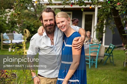 Junges Paar im Garten - p788m1165371 von Lisa Krechting