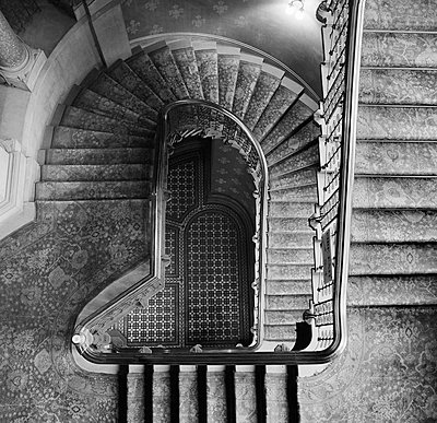 ST PANCRAS HOTEL, Euston Road, London. Birds eye view looking down through the stairwell of the grand staircase of the Midland Grand Hotel at St Pancras Station. - p855m1483911 by John Gay/Historic England