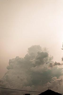 Dunkle wolken - p947m2119516 von Cristopher Civitillo