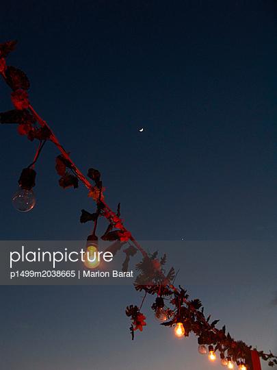 Sommerparty unter Nachthimmel - p1499m2038665 von Marion Barat
