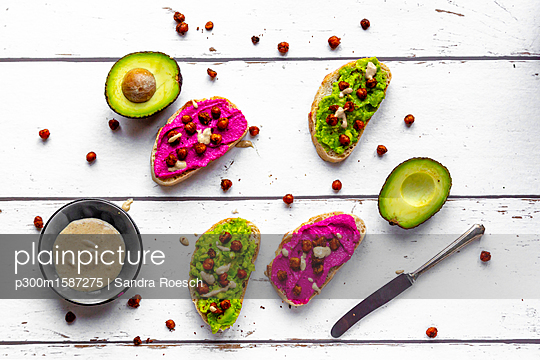 Baguette with guacomole and beetroot hummus, roasted chick peas and tahin dressing - p300m1587275 von Sandra Roesch