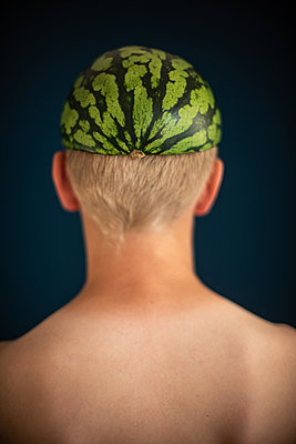 Boy´s back with melon - p310m2192162 by Astrid Doerenbruch