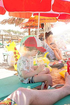 Being thirsty at the beach - p454m2037699 by Lubitz + Dorner