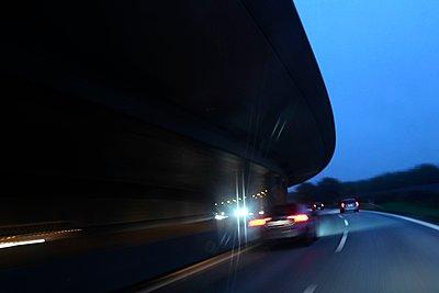 Straßenverkehr in der Dämmerung - p1258m1067890 von Peter Hamel