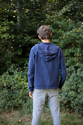Teenage boy rear view - p445m1496610 by Marie Docher