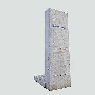 Beklebtes Denkmal vor weißem Hintergrund - p1401m2260649 von Jens Goldbeck