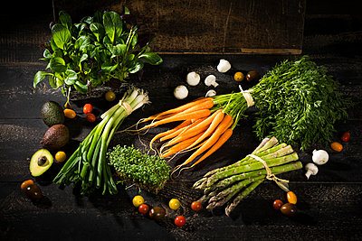 Various organic vegetables on dark wood - p300m1459799 by Roman Märzinger