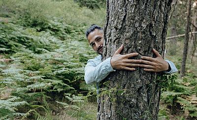 man in nature, caring for the environment, Madrid / Spain - p300m2299137 von Jose Carlos Ichiro
