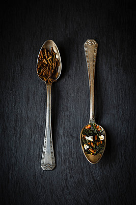 Tea spoons of Genmaicha and Hojicha on black background - p300m981390f by Eva Gruendemann