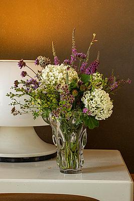 Bunter Blumenstrauß mit weißer Hortensie in Glasvase - p948m2134933 von Sibylle Pietrek