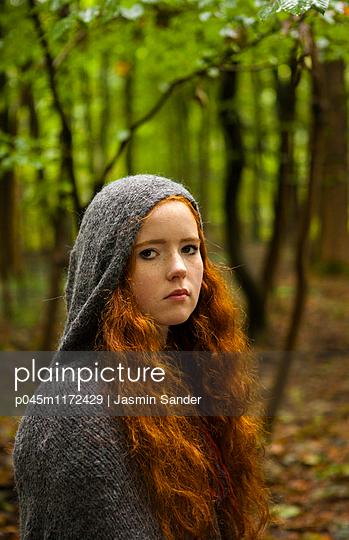 Mädchen im Wald - p045m1172429 von Jasmin Sander
