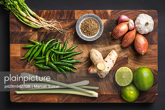 Ingredients for making green curry paste - p429m942708f by Manuel Sulzer