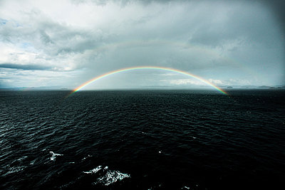 Alaska; Regenbogen - p1086m853684 von Carrie Marie Burr