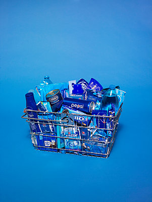 Shopping basket bathed in blue light - p1462m1538382 by Massimo Giovannini