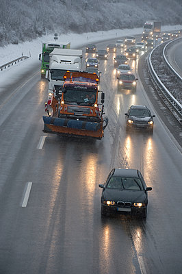 Germany, motorway in winter, icy road and traffic - p300m2078890 by Claudia Rehm