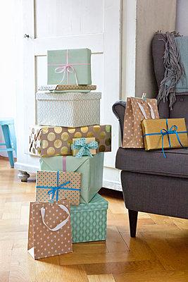 Homely gift giving  - p454m1115782 by Lubitz + Dorner