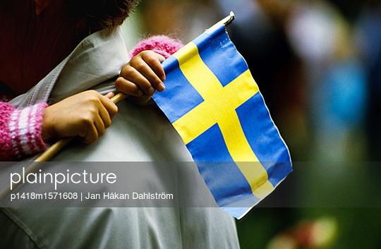 Hände halten die schwedische Nationalfahne - p1418m1571608 von Jan Håkan Dahlström