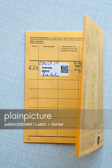 Vaccination certificate with first Covid-19 vaccanation - p454m2263466 by Lubitz + Dorner