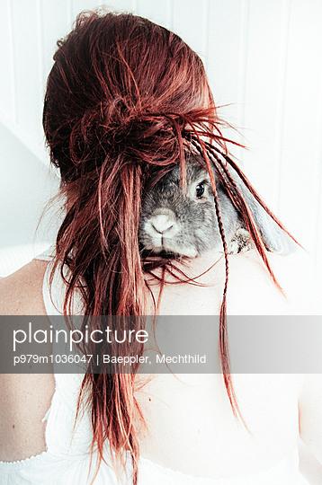 Kaninchen auf der Schulter  - p979m1036047 von Baeppler, Mechthild
