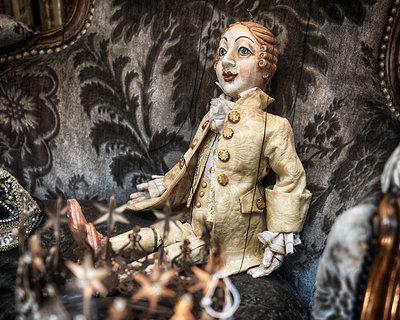 Marionette auf einem Sessel - p1154m1110184 von Tom Hogan