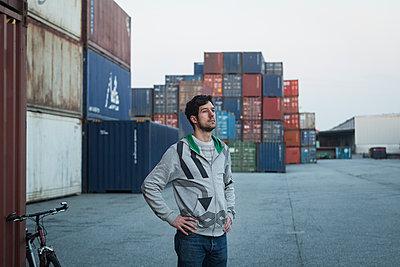 Mann im Hafen - p1222m1286278 von Jérome Gerull