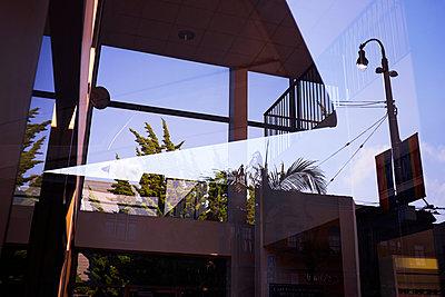 Spiegelung eines Gebäudes - p1411m2057745 von Florent Drillon