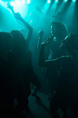 Young people clubbing (high angle view, back lighting) - p5140419f by Clover photography