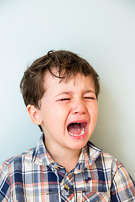 Little Boy Crying - p535m1058351 by Michelle Gibson