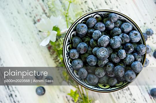 Bowl of blueberries - p300m2023568 von Achim Sass